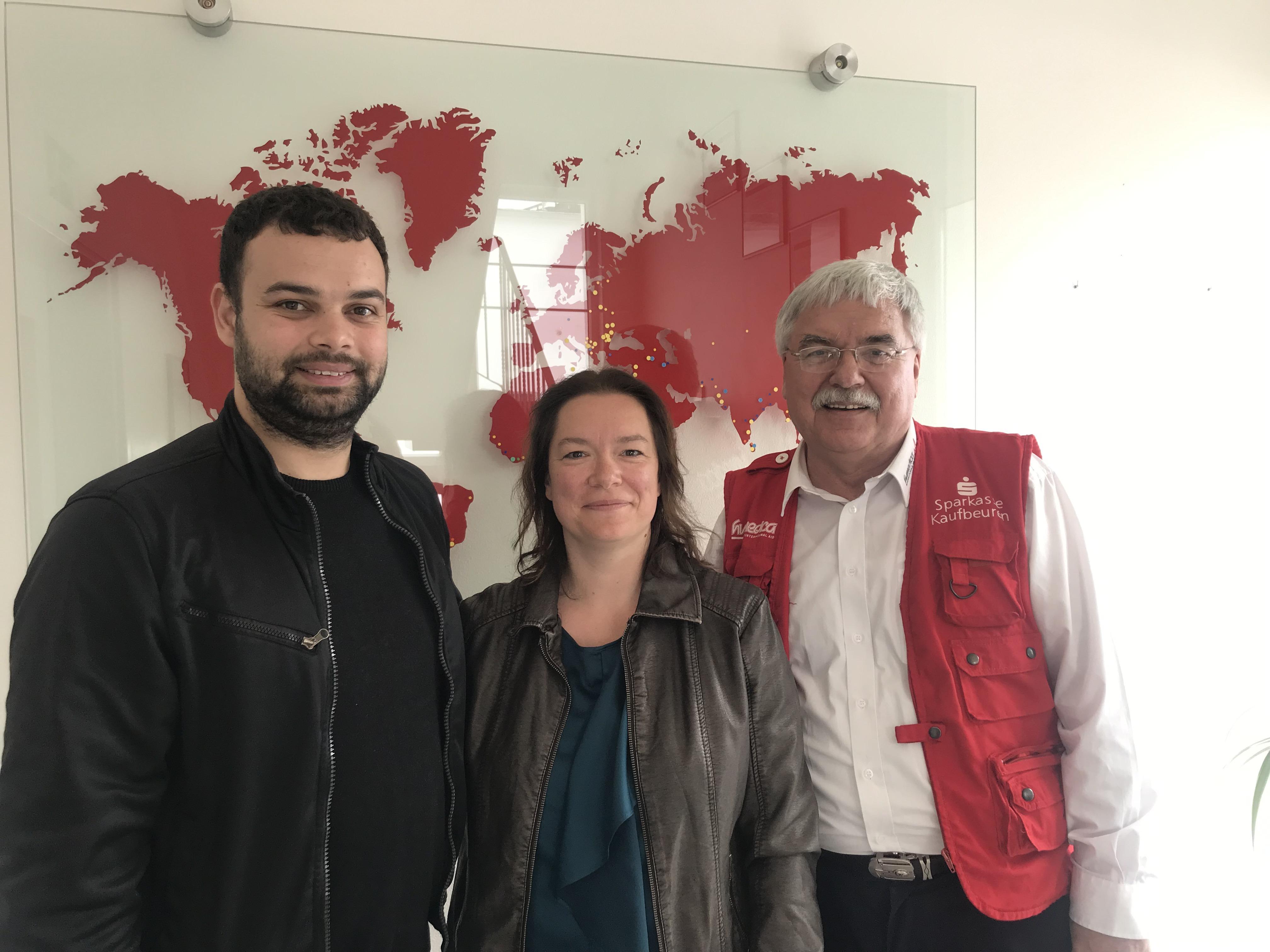 In der humedica Zentrale von rechts nach links: Geschäftsführer Wolfgang Groß, Ursula Reisch, Pavel Curcovici